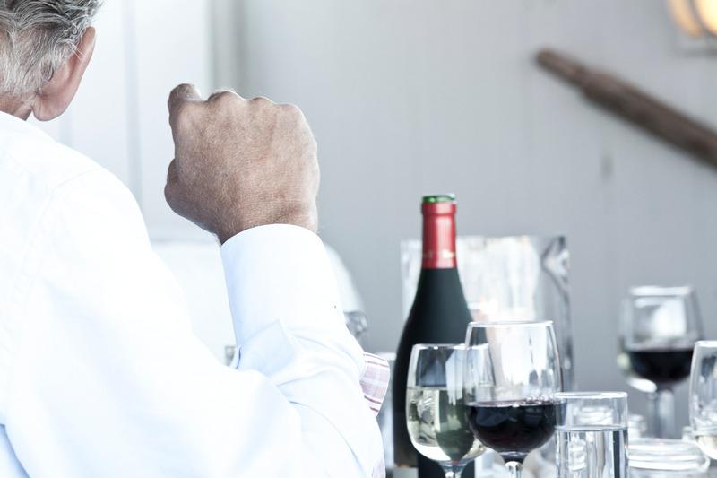hombre con vino